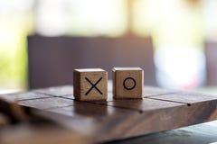 Juego de madera de Tac Toe del tic o juego del BUEY en una caja foto de archivo