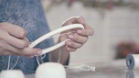 Juego de mano, y de costura Artes de las aficiones almacen de metraje de vídeo