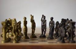 Juego de mesa del ajedrez, con los reyes y las reinas discutiendo para el compromiso, negociaciones de paz con su ejército detrás fotos de archivo libres de regalías