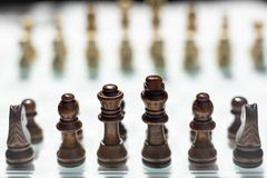 Juego de mesa del ajedrez, concepto competitivo del negocio, situaci?n dif?cil del encuentro, perdiendo y ganando fotos de archivo