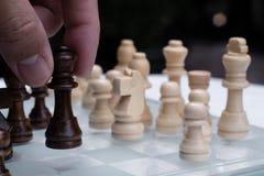 Juego de mesa del ajedrez, concepto competitivo del negocio, situaci?n dif?cil del encuentro, perdiendo y ganando imagenes de archivo