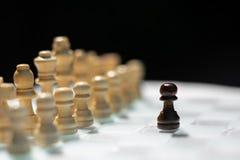 Juego de mesa del ajedrez, concepto competitivo del negocio, situaci?n dif?cil del encuentro, perdiendo y ganando fotografía de archivo