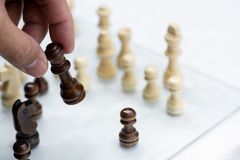 Juego de mesa del ajedrez, concepto competitivo del negocio, situaci?n dif?cil del encuentro, perdiendo y ganando foto de archivo libre de regalías