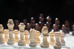 Juego de mesa del ajedrez, concepto competitivo del negocio, situaci?n dif?cil del encuentro, perdiendo y ganando fotos de archivo libres de regalías