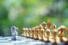 Juego de mesa del ajedrez El luchar entre el equipo de plata y de oro Negocio competitivo y concepto del planeamiento de la estra imagen de archivo