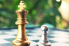 Juego de mesa del ajedrez El soporte del empeño contra un rey Refiera a una persona con valor y concepto ambicioso fotografía de archivo