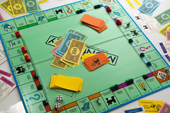 Juego de mesa del monopolio en juego foto de archivo