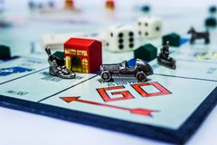 Juego de mesa del monopolio - visión ascendente cercana fotos de archivo