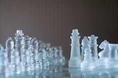 Juego de mesa hecho del vidrio, concepto competitivo del ajedrez del negocio fotos de archivo libres de regalías
