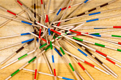Juego de Mikado - palillos de madera en la tabla Fotografía de archivo
