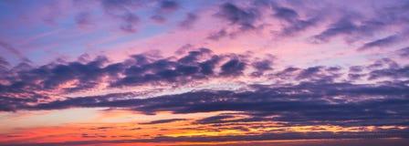 Juego de misterio de colores y sombras de la violeta, cielo nublado del escarlata en la puesta del sol fotos de archivo