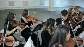 Juego de Musicants en el instrumento en orquesta sinfónica almacen de metraje de vídeo