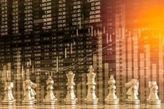 Juego de negocio en el mercado de acción digital financiero y el backgr del ajedrez Imágenes de archivo libres de regalías