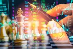 Juego de negocio en el mercado de acción digital financiero y el backgr del ajedrez Fotos de archivo libres de regalías
