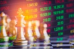 Juego de negocio en el mercado de acción digital financiero y el backgr del ajedrez Imagenes de archivo