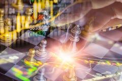 Juego de negocio en el mercado de acción digital financiero y el backgr del ajedrez Foto de archivo libre de regalías