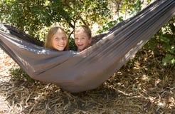 Juego de niños alegre, feliz junto en hamaca Fotos de archivo libres de regalías