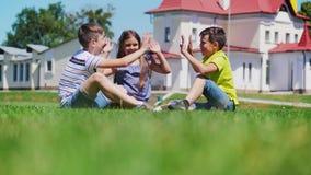 Juego de niños amistoso junto en el patio metrajes