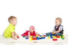 Juego de niños con el juguete. Foto de archivo libre de regalías