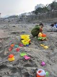 Juego de niños con la arena Imagen de archivo
