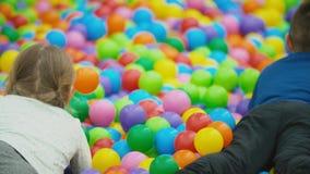 Juego de niños con las bolas coloridas almacen de video