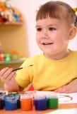 Juego de niños con las pinturas en pre-entrenamiento fotografía de archivo libre de regalías