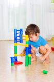 Juego de niños con los juguetes Foto de archivo