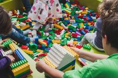 Juego de niños con los ladrillos de Lego en Milán, Italia Foto de archivo libre de regalías