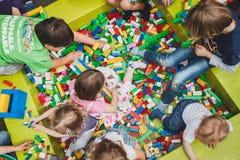 Juego de niños con los ladrillos de Lego en Milán, Italia Imágenes de archivo libres de regalías