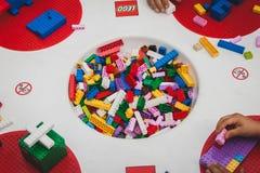 Juego de niños con los ladrillos de Lego en Milán, Italia Imagen de archivo