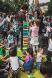 Juego de niños con los ladrillos de Lego en Milán, Italia Imagenes de archivo