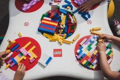 Juego de niños con los ladrillos de Lego en Milán, Italia Fotos de archivo
