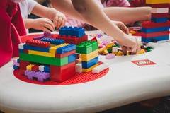 Juego de niños con los ladrillos de Lego en Milán, Italia Fotografía de archivo