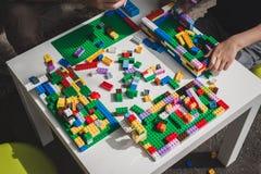 Juego de niños con los ladrillos de Lego en Milán, Italia Imagen de archivo libre de regalías