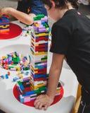 Juego de niños con los ladrillos de Lego en Milán, Italia Fotos de archivo libres de regalías