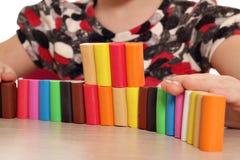Juego de niños con plasticine imagen de archivo libre de regalías