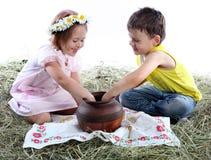 Juego de niños con un jarro Foto de archivo libre de regalías