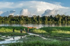 Juego de niños desconocido en la orilla del río, cerca del pueblo Puesta del sol, finales del día 26 de junio de 2012 en el puebl Imagen de archivo libre de regalías