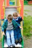 Juego de niños divertido en un patio del ` s de los niños fotografía de archivo libre de regalías