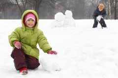 Juego de niños en al aire libre en invierno Fotos de archivo libres de regalías