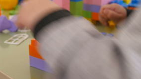 Juego de niños en cubos del color Construcción del primer del diseñador del ` s de los niños almacen de video