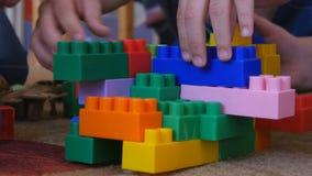 Juego de niños en el diseñador en guardería almacen de metraje de vídeo