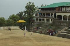 Juego de niños en el estadio para los deportes fotografía de archivo