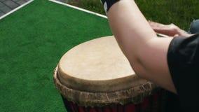 Juego de niños en el tambor indio almacen de video