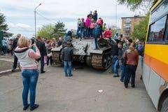 Juego de niños en el tanque medio restaurado T-34 Fotos de archivo