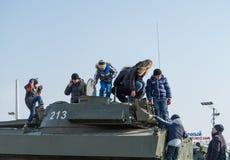 Juego de niños en el vehículo blindado ruso moderno Imagen de archivo libre de regalías