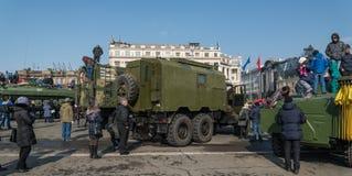 Juego de niños en el vehículo blindado ruso moderno Fotografía de archivo libre de regalías