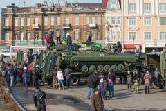 Juego de niños en el vehículo blindado ruso moderno Fotos de archivo libres de regalías