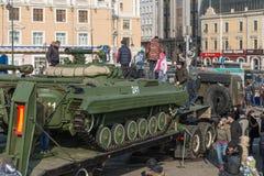 Juego de niños en el vehículo blindado ruso moderno Imagenes de archivo