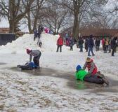Juego de niños en la nieve en el Winterfest en el lago Lemán, Wisconsin Fotografía de archivo